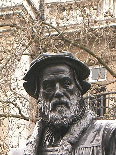Foto: Estatua de William Tyndale en los Jardines Victoria Embankment en la costa norte del río Támesis / Londres